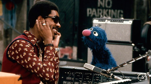 stevie_wonder_sesame_street_1973_elvis_bbc_commercial-1-970x544